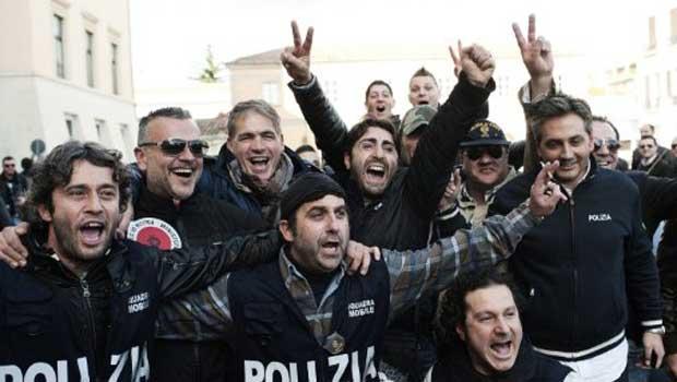 Policiais celebram nesta quara-feira (7) em Caserta a prisão de Zagaria (Foto: AFP)