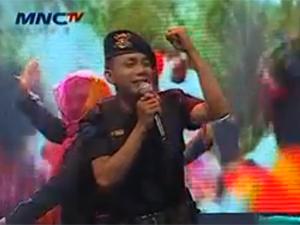 O policial Norman Kamaru, em uma aparição da TV (Foto: Reprodução)