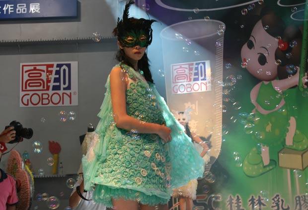 Modelo exibe durante feira em Pequim, em 2007, vestido feito com camisinhas. (Foto: AFP)