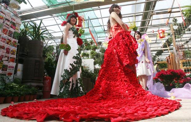 Chinesa exibe vestido feito com pétalas de rosas. (Foto: AFP)