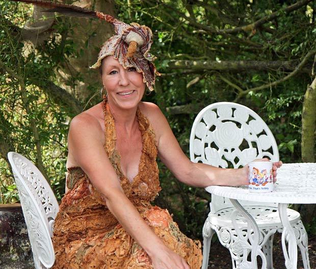 A britânica Grace Robinson criou um vestido feito com saquinhos de chá. (Foto: Worldwide Features/Barcroft Media/Getty Images)