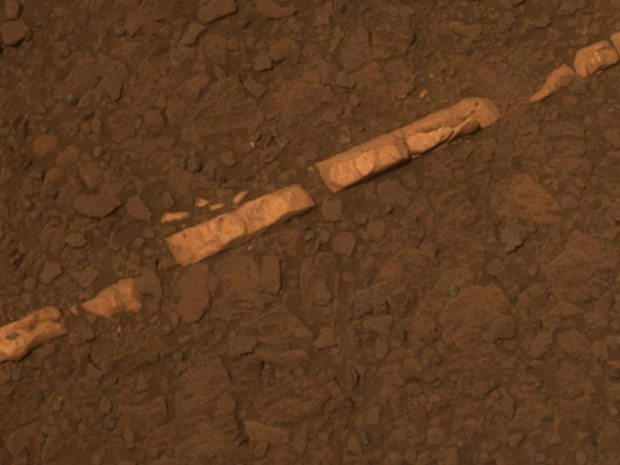 Mineral, provavelmente gipsita, encontrado pelo Opportunity no solo de Marte (Foto: Nasa/JPL-Caltech/Cornell/ASU)
