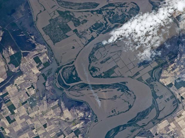 O satélite mostra campos cultivados embaixo d'água ao longo do rio Mississippi, na divisa com o estado americano do Missouri, em um período de cheia (Foto: Nasa)