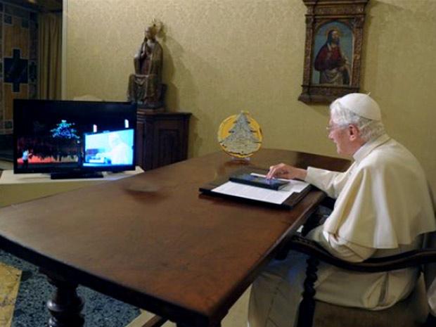 Papa usa tablet para acender árvore (Foto: AP)