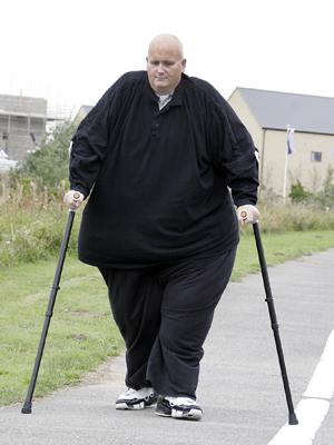 Hoje capaz de andar com auxílio de muletas, Mason já chegou a pesar 450 kg. (Foto: Paul Nixon / via BBC)