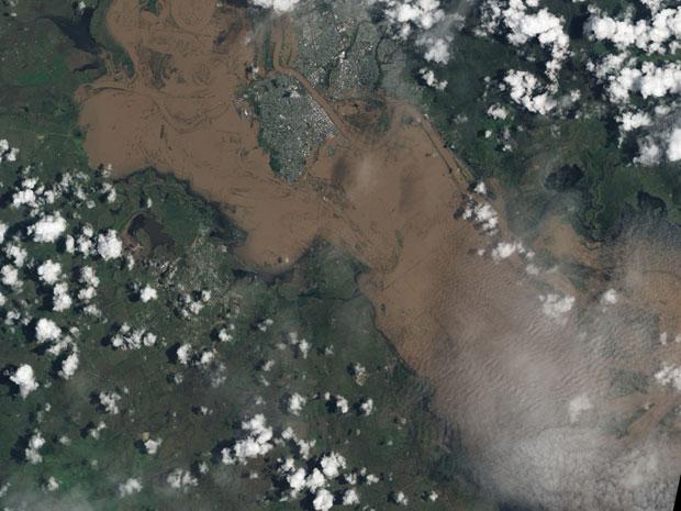 As imagens mostram vastas áreas de Rockhampton, na Austrália, embaixo d'água em janeiro de 2011, em um das piores cheias da história do país (Foto: Nasa)