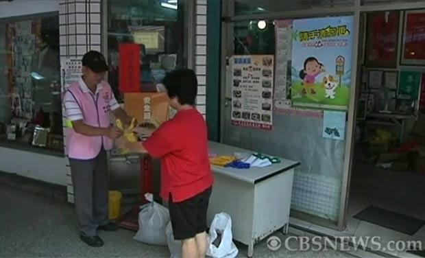 Participantes recebem bilhete de loteria por cada saco de cocô entregue. (Foto: Reprodução/YouTube)