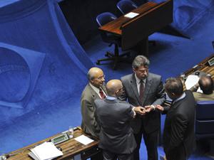 Senadores conversam antes de votação da proposta que prorroga até 2015 a DRU (Foto: Fabio Rodrigues Pozzebom/ABr)