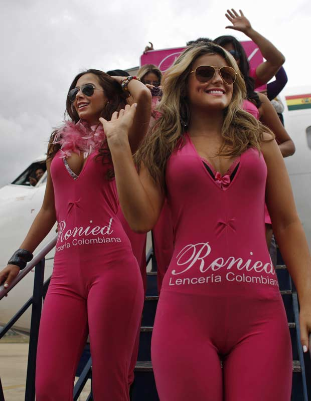 Modelos posam em frente ao avião nesta sexta-feira (9) (Foto: Juan Karita/AP)