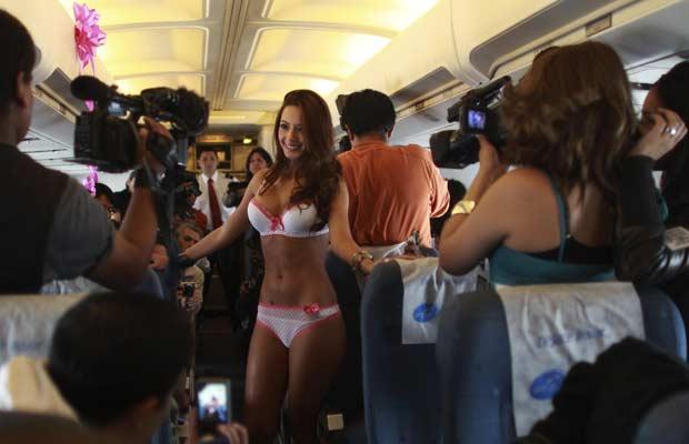 Modelo desfila em voo comercial entre La Paz e Cochabamba nesta sexta-feira (Foto: Juan Karita/AP)