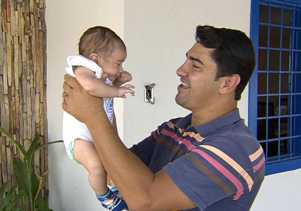 bebe que tomou dose de vacina estraga em cuiabá (Foto: Reprodução/TVCA)