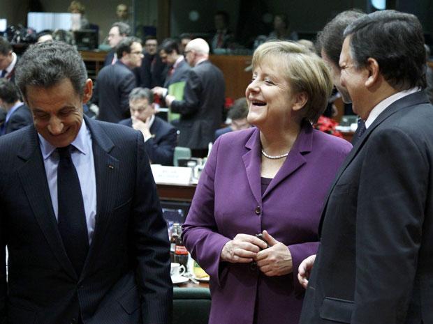Sarkozy, Merkel e Barroso, conversam durante encontro da UE em Bruxelas (Foto: Reuters)