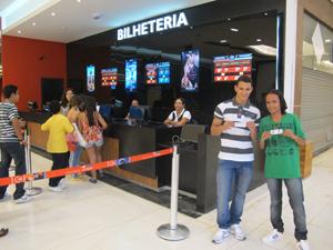 Os irmãos Adeyzilano e Matheus Mesquita de Oliveira já foram quatro vezes ao cinema do shopping (Foto: Gabriela Gasparin/G1)