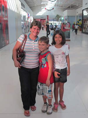 Eutália Figueiredo de Souza, 46, com os filhos Vitória, 10, e Davi, 8, são de Cruzeiro do Sul, a 700 km e Rio Branco (Foto: Gabriela Gasparin/G1)