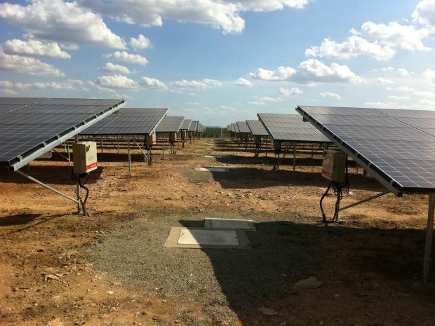 Painéis solares captam energia suficiente para abastecer 1.500 casas. Projeto final da usina prevê ampliação do empreendimento em 50 vezes. (Foto: André Teixeira/G1)
