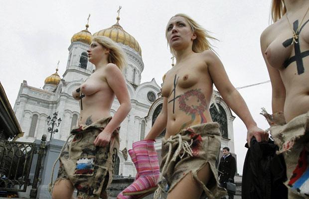 As mulheres do Femen, que protestam seminas, enfrentaram o frio para apoiar a oposição russa e condenar a suposta fraude nas últimas eleições parlamentares no país (Foto: Denis Sinyakov/Reuters)