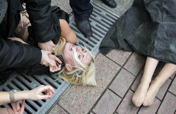 Ativista do grupo feminista Femen é detida durante protesto em Moscou nesta sexta-feira (9) (Foto: Denis Sinyakov/Reuters)