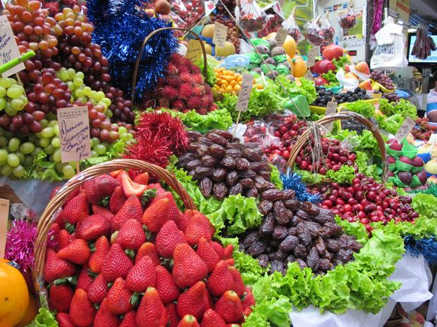 Segundo comerciante, além dos preços baixos, o morango é uma das novidades da época do ano. (Foto: Clara Velasco/G1)