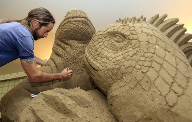 Carl Jara fez uma escultura de areia de iguanas. (Foto: Tony Dejak/AP)