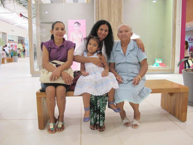 Deuzuíla Arruda de Souza, de 73 anos, com filhas e neta no shopping de Rio Branco (Foto: Gabriela Gasparin/G1)