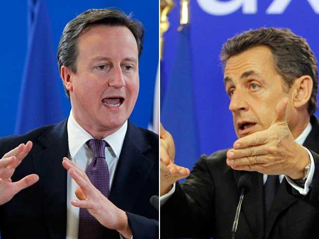Primeiro-ministro britânico David Cameron disse que não tem interesse em acordo costurado em Bruxelas, na Bélgica, para salvar o euro. O presidente da França, Nicolas Sarkozy, anunciou acordo nesta sexta-feira (9).  (Foto: Michel Euler / AP Photo)