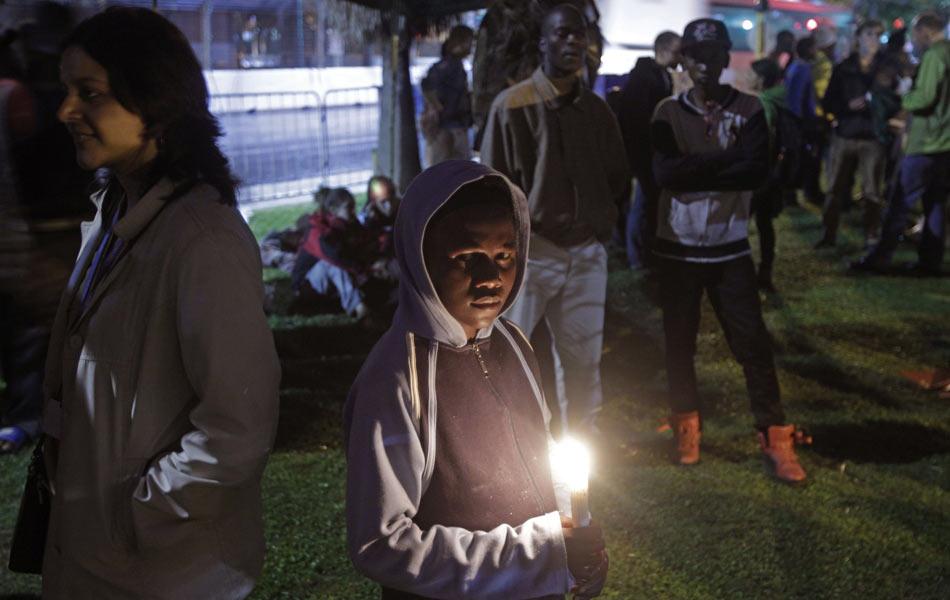 Dia 12 - Criança segura vela em frente ao local onde é realizada a COP 17. Negociadores ainda trabalham para que saia um acordo global climático