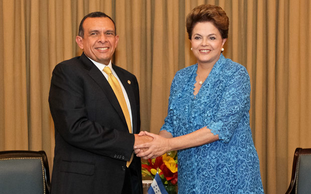 A presidente Dilma Rousseff em reunião com o presidente de Honduras, Porfírio Lobo (Foto: Roberto Stuckert Filho / Presidência)