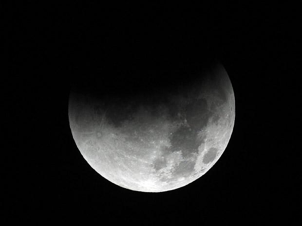 Eclipse lunar visto de Portland, em Oregon, noroeste dos EUA (Foto: AP Photo/Rick Bowmer)