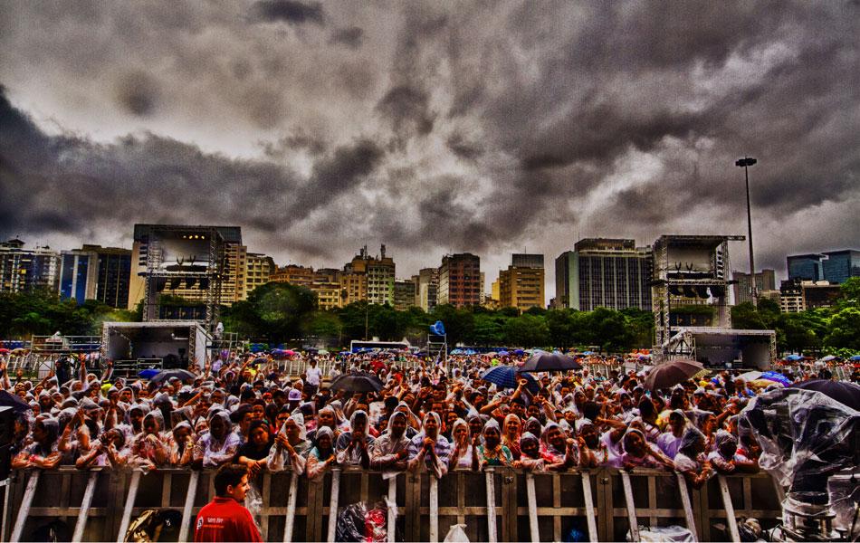 Público preparado para chuva no Festival Promessas, no Rio de Janeiro