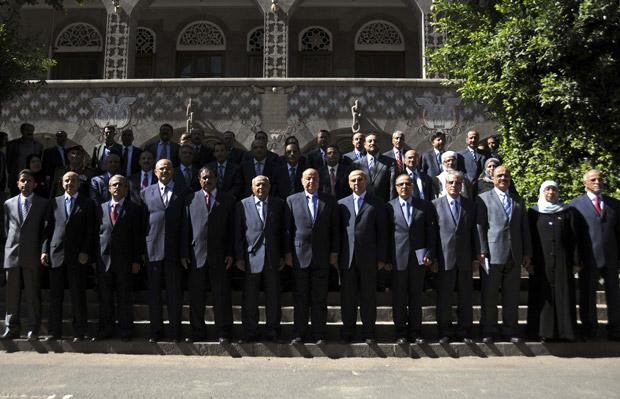 Membros do governo iemenita empossado neste sábado (10) (Foto: Reuters/Stringer)