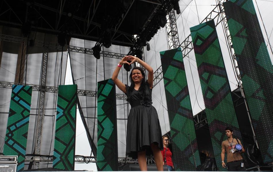 A cantora Damares saudou o público antes dos shows com o gesto do coração