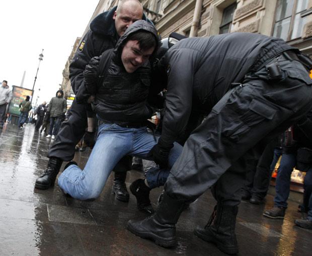 Manifestante é preso durante protesto em Moscou, neste sábado (10) (Foto: Reuters)