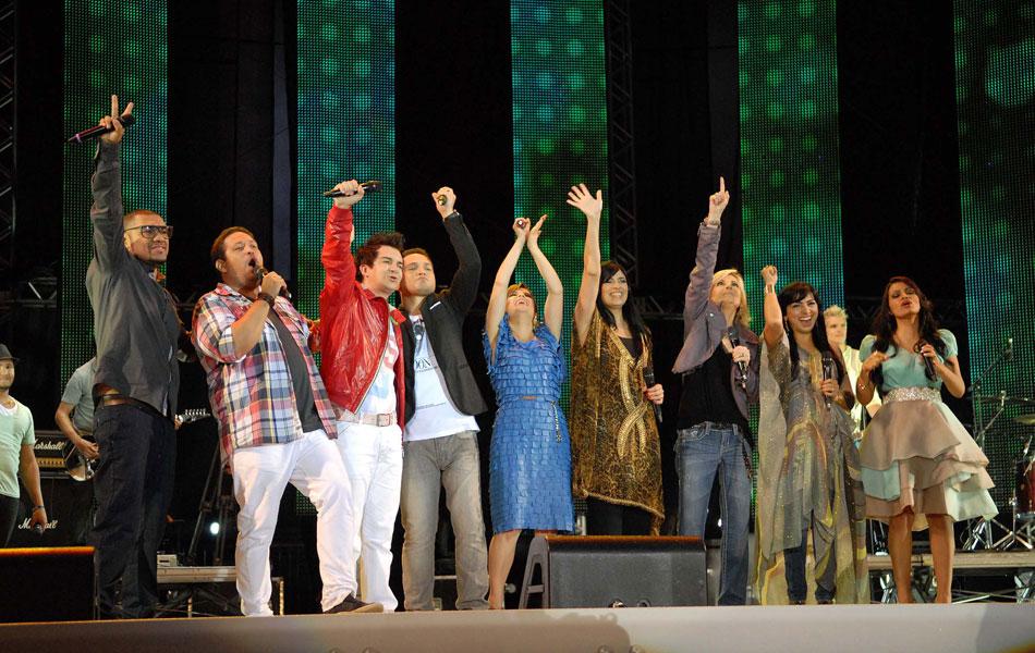 No número de encerramento do Festival Promessas todos os cantores estiveram juntos no palco