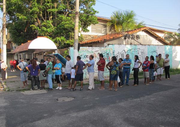Eleitores fazem fila desde 6h em frente a zona eleitoral em Belém para votar sobre a divisão do território paraense. (Foto: Gabriela Gasparin/G1)