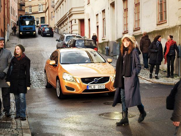 A detecção de pedestres pode reduzir os acidentes dentro das cidades (Foto: Cortesia Volvo/BBC)