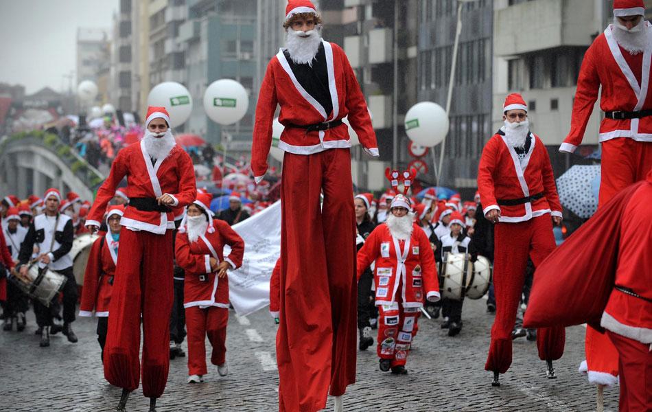 11 de dezembro: Milhares de portugueses participaram de um desfile de papais noéis no Porto, tentando quebrar o recorde mundial de pessoas vestidas de 'Pai Natal', como ele é conhecido em Portugal
