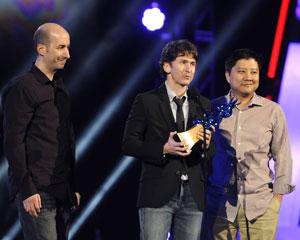 Todd Howard (no centro), da produtora Bethesda, recebe o prêmio de melhor jogo do ano para 'The Elder Scrolls V: Skyrim' (Foto: Chris Pizzello/AP)