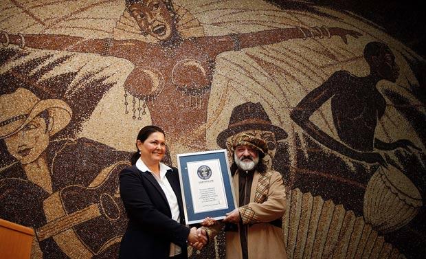 Saimir Strati recebe o certificado do Livro Guinness dos Recordes. (Foto: Arben Celi/Reuters)