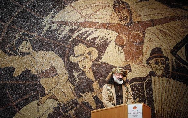 Centro do mosaico traz uma passista típica do Carnaval carioca. (Foto: Arben Celi/Reuters)