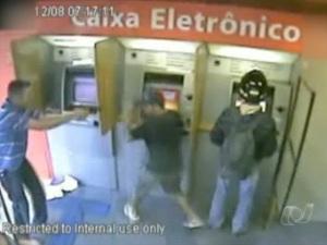 PM reage a tentativa de assalto em agência bancária de Goiânia (Foto: Reprodução/TV Anhanguera)