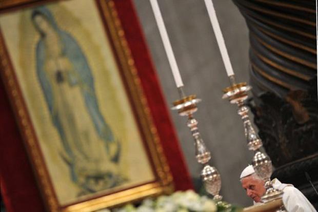 O Papa Bento XVI durante missa solente em homenagem ao bicentenário da independência dos países latino-americanos, nesta segunda (12) (Foto: Andreas Solaro / AFP)