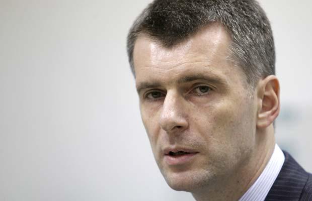 O bilionário Mikhail Prokhorov dá entrevista nesta segunda-feira (12) em Moscou (Foto: AP)