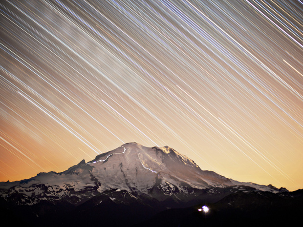 Foto de longa exposição mostra o Monte Rainier, nos Estados Unidos. (Foto: Chris Morin/National Geographic Photo Contest)