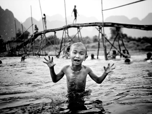 Menino brinca em um rio em Laos. (Foto: Danny Griffin/National Geographic Photo Contest)
