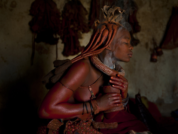 Mulher da etnia himba, na Namíbia. (Foto: Dominique Brand/National Geographic Photo Contest)
