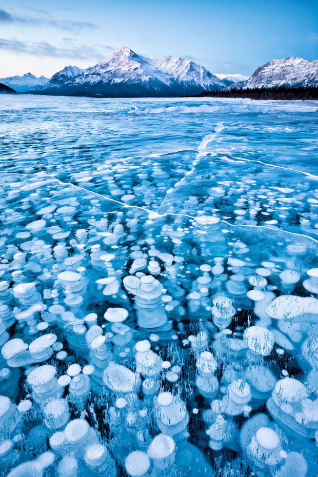 Bolas de gás ficam presas abaixo do solo congelado na parte canadense das Montanhas Rochosas. (Foto: Emmanuel Coupe/National Geographic Photo Contest)