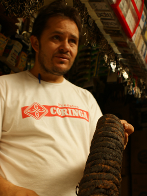 Feirante vende fumo de rolo em Ceilândia (Foto: Vianey Bentes/ TV Globo)