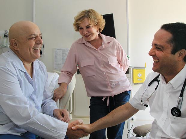 O ex-presidente Luiz Inácio Lula da Silva, com dona Marisa Letícia e médico Roberto Kalil Filho, após receber notícia de redução de tumor. (Foto: Ricardo Stuckert/Instituto Cidadania)