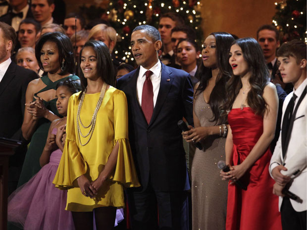 Michelle Obama e as filhas Sasha e Malia, Barack Obama, Jennifer Hudson, Victoria Justice e Justin Bieber em evento 'Natal em Washington' (Foto: Yuri Gripas/Reuters)
