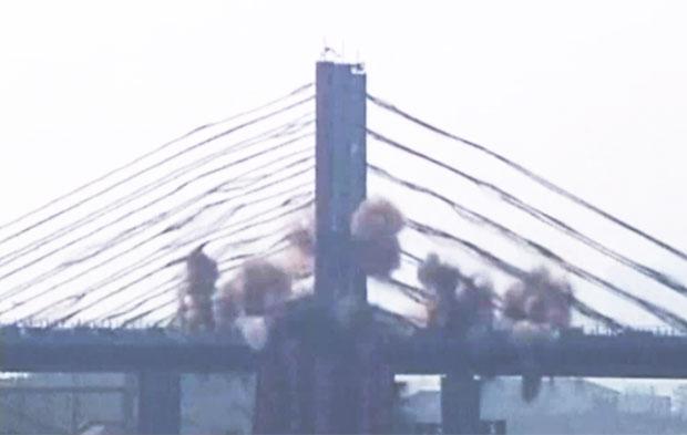 Ponte é implodida (Foto: BBC)